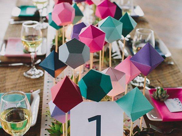 66778500fcfa Svadba s japonskými origami dekoráciami .